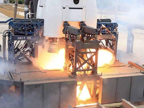 Zapłon nafty na platformie startowej po zrzucie z silników, credits: SpaceX