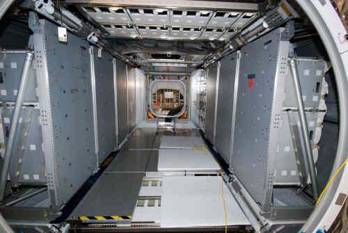 Wnętrze modułu MPLM Leonardo podczas przygotowań do lotu STS-131, credit: NASA