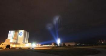Ciekawie oświetlony wahadłowiec tuż po wyjeździe z hali montażowej VAB (po lewej) / Credits: spaceflightnow.com