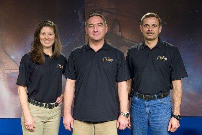 Załoga misji Sojuz TMA-18: Tracy Caldwell-Dyson, Aleksandr Skworcow i Michaił Kornijenko / Credits - NASA