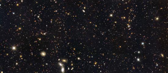 7500 galaktyk, z których wiele jest sędziwego wieku ponad 10 mld lat / Credits - NASA, Hubble