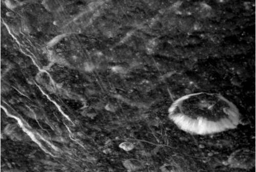 Nieskalibrowane zdjęcie powierzchni Dione wykonane podczas D2, (c) NASA/JPL/Space Science Institute