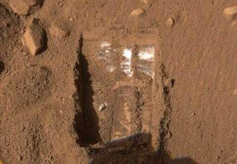Lód odkryty przez Phoenix Mars Lander w lipcu 2008 r. (NASA)