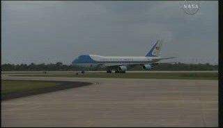 Air Force One na Shuttle Landing Facility / Credits - NASA TV
