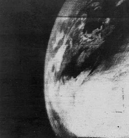 Pierwsze zdjęcie przekazane przez satelitę pogodowego TIROS-1 pierwszego dnia misji, credit: NASA
