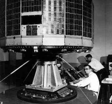 Testy wibracyjne satelity TIROS-1 w ośrodku w Princeton, credit: NASA