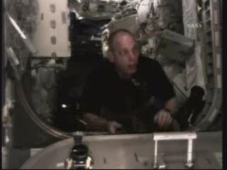 Astronauta Anderson uczestniczy przy transferze ładunków / Credits - NASA TV