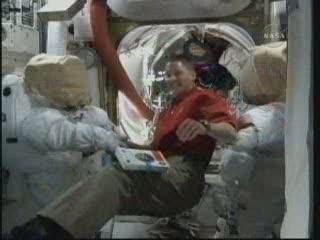 Praca przy skafandrach kosmicznych / Credits - NASA TV