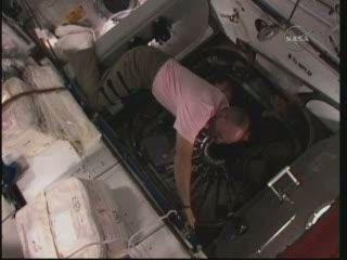 Astronauta Anderson przy węźle do MPLM / Credits - NASA TV