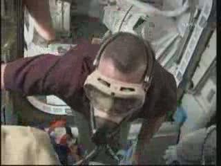 Prace wewnątrz modułu Quest - przygotowania do EVA-1 / Credits - NASA TV