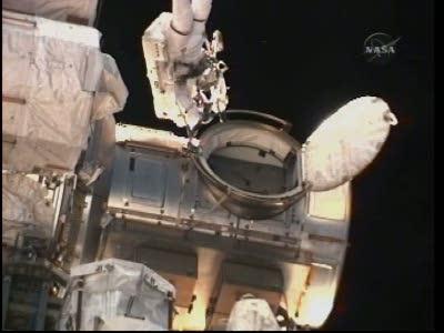 Rick Mastracchio poza otwartą śluzą (NASA TV)