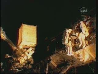 Stary zbiornik ATA na końcu ramienia SSRMA (NASA TV)