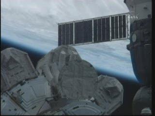 Astronauci wchodzą do wnętrza modułu Quest - widać tylko ich nogi / Credits - NASA TV