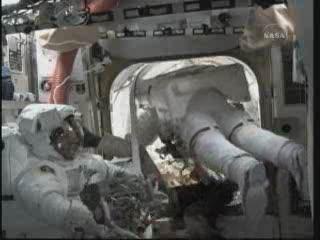 Godzina 14:58 CEST - wewnątrz modułu Quest / Credits - NASA TV