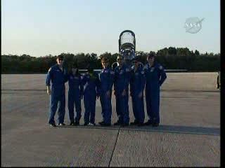 Ostatnia w historii siedmiosobowa załoga misji promów kosmicznych, w tle jeden z samolotów T-38 Talon, którym członkowie załogi przylecieli z JSC w Teksasie na Florydę / Credits: NasaTv