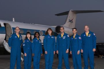 Jedno ze zdjęć przedstawiające załogę misji STS-131 zaraz po wylądowaniu z przelotu z Teksasu, Credits: mediaarchive.ksc.nasa.gov