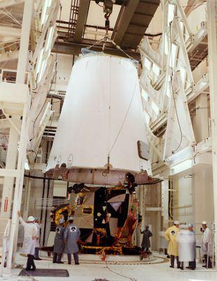 Adapter osłaniający lądownik księżycowy jest opuszczany celem połączenia z trzecim członem SIVB (NASA)