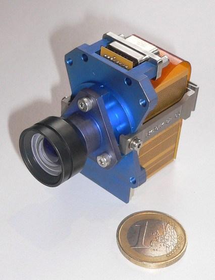 Kamera X-Cam, obok moneta 1 euro, (c) ESA/Micro-Cameras and Space Exploration