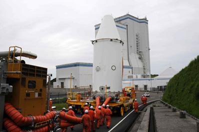 Transport ładunków w osłonie do hali rakiety, (C) JAXA