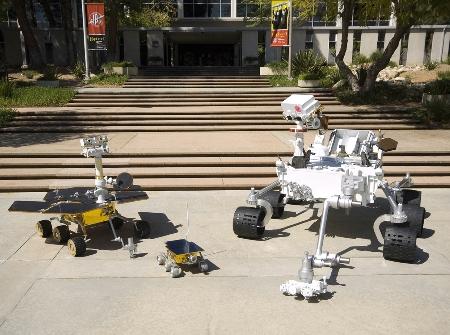 Porównanie rozmiarów łazika MSL (po prawej), MER (po lewej) i Mars Pathfinder (po środku), (C) NASA
