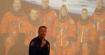 Doktor Robinson prowadzi wykład na temat swojej ostatniej misji kosmicznej STS-130, credit: Adam Piech