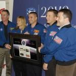 Niemal cała załoga STS-130 pozuje do zdjęcia podczas konferencji prasowej w Warszawie, credit: kosmonauta.net