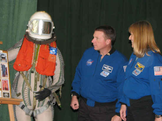 Pilot Terry Virts oraz specjalistka misji Kathryn 'Kay' Hire oglądają kombinezon polskiego pilota, credit: ZSMA