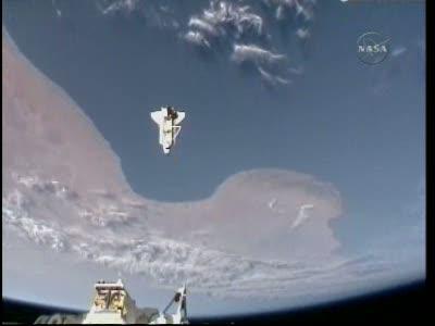 Atlantis podczas ostatniego oblotu wokół ISS / Credits: NasaTv