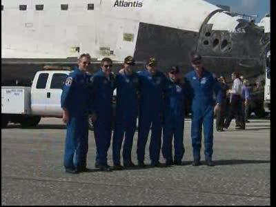 Wspólne zdjęcie załogi na tle wahadłowca Atlantis - misja STS-132 dobiegła do szczęśliwego końca / Credits: NasaTv