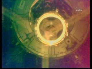Port cumowniczy PMA-2 widziany z Atlantisa / Credits: NASA TV & Ronsmytheiii