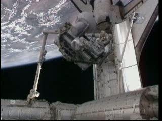 Godzina 21:33 - paleta ICC przenoszona z ładowni promu / Credits - NASA TV