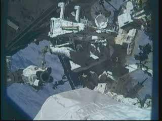 Prace przy Dextre - astronauta Reisman (godzina 20:01 CEST) / Credits - NASA TV