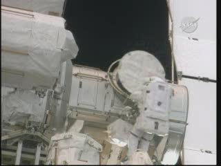 Astronauta Bowen przy śluzie Quest ze skrzynką z narzędziami (godzina 14:11 CEST) / Credits - NASA TV