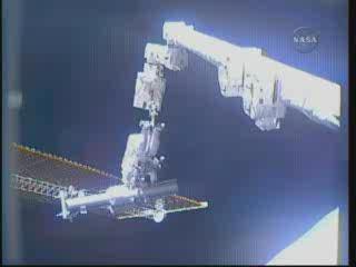 Godzina 15:18 CEST - astronauta Reisman na końcu SSRMS / Credits - NASA TV