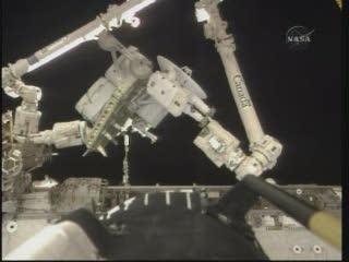 Astronauta Reisman przy talerzu anteny SGANT (godzina 16:55 CEST) / Credits - NASA TV