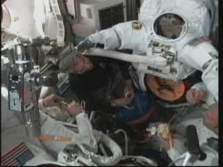 Godzina 11:04 CEST - przygotowania do spaceru EVA-1 / Credits - NASA TV