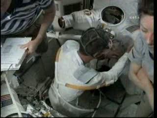 Przygotowania do EVA-2 (astronauta w masce gazowej) / Credits - NASA TV