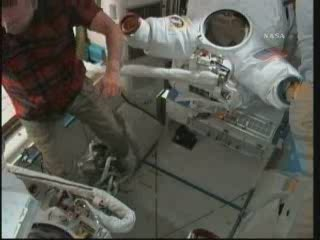 Po wyjściu ze skafandrów czas na konserwację sprzętu / Credits - NASA TV