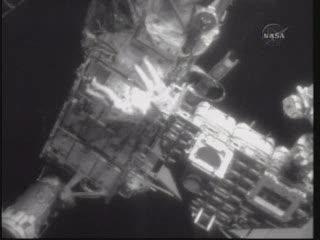 Na krawędzi Stacji - prace przy elemencie P6 / Credits - NASA TV