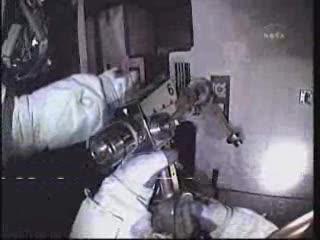 Przykręcanie drugiej nowej baterii / Credits - NASA TV