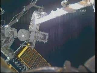 Przenosiny czwartej baterii (astronauci po prawej stronie tego ujęcia) / Credits - NASA TV
