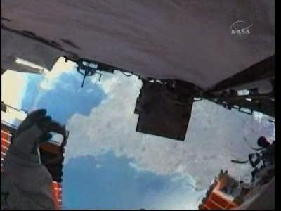 Mike Good spoglądający około 350 kilometrów w dół, wprost na południową Anglię i kanał La Manche / Credits: NasaTv
