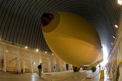 Proces ładowania zbiornika ET na barkę Pegasus niedaleko fabryki Michoud / Credits: Lockheed Martin