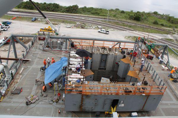 Instalacja podstawę konstrukcyjną na której w przyszłości ma stać rakieta przed startem (NASA)