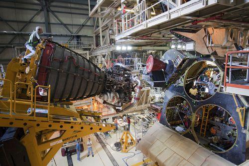 Instalacja silnika nr-1 na wahadłowcu Discovery (NASA)
