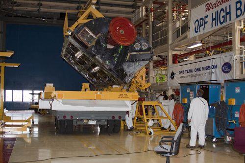 Przygotowania do instalacji prawego zespołu z silnikiem manewrowym OMS, który wymagał naprawy po locie STS-131 (NASA)