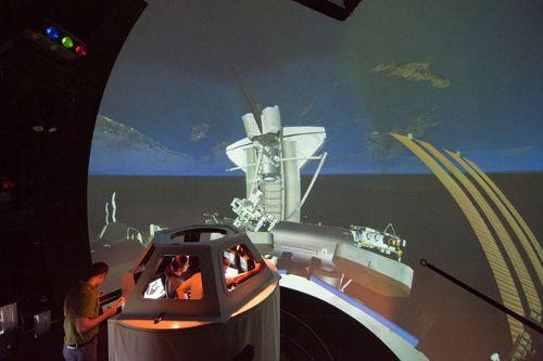 Michael Barratt i Nicole Stott ćwiczą obsługę manipulatora stacji ze stanowiska znajdującego się w module Cupola (NASA)