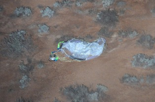 Kapsuła zlokalizowana przez śmigłowce w niedzielę 14 czerwca, (c) JAXA