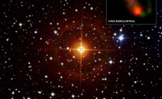 Zdjęcie przedstawia układ CH Cygni wykonany w zakresie światła widzialnego w ramach Digitized Sky Survey. Wstawka w prawym, górnym rogu jest kompozytowym złożeniem materiału uzyskanego przez teleskopy kosmiczne Chandra oraz Hubble, a także naziemny VLA. Dane oznaczono kolorami: zielnym - materiał z teleskopu Hubble, czerwonym - z teleskopu Chandra oraz niebieskim z obserwatorium VLA. (X-ray: NASA/CXC/SAO/M.Karovska et al; Optical: NASA/STScI; Radio: NRAO/VLA; Wide field - Optical [DSS])