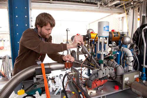 Mark Street z XCOR poprawia mocowanie elementów pompy ciekłego wodoru przed testem (XCOR)